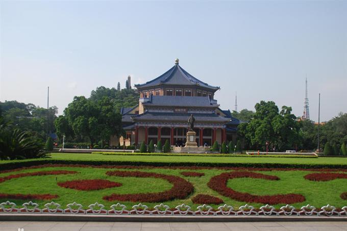 Bãi sân rộng xanh mướt trước nhà tưởng niệm