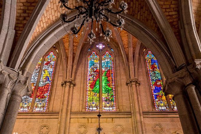 Phần cửa sổ nhà thờ được trang trí đậm nét tôn giáo