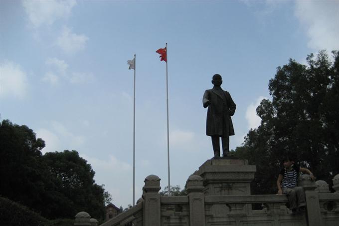 Tượng đồng tưởng niệm Tôn Trung Sơn