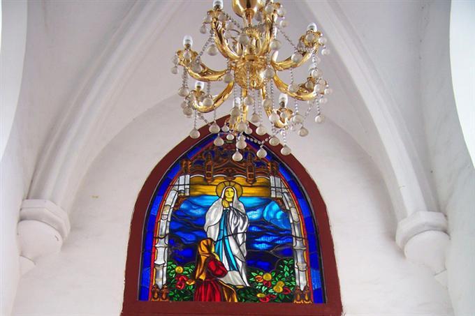 Cửa sổ nhà thờ với trang trí đậm nét đặc sắc Công giáo
