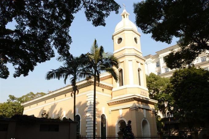 Nhà thờ Cơ đốc nhìn từ bên ngoài