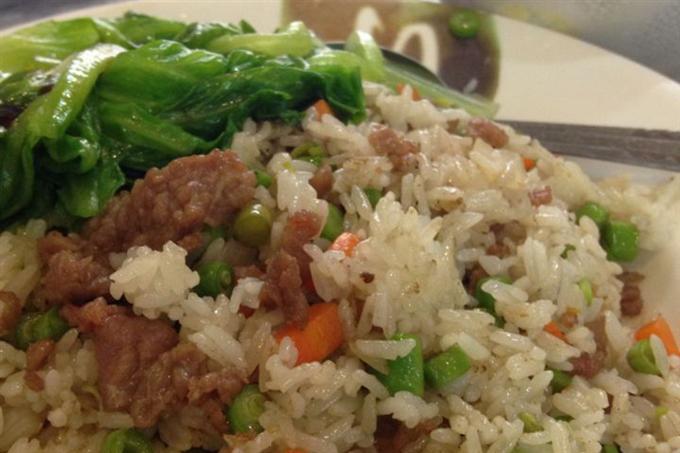 Đĩa cơm rang thịt bò đầy ắp, nóng hổi, thơm ngon