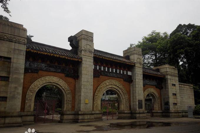 Cổng khu mộ liệt sĩ Đông Chinh