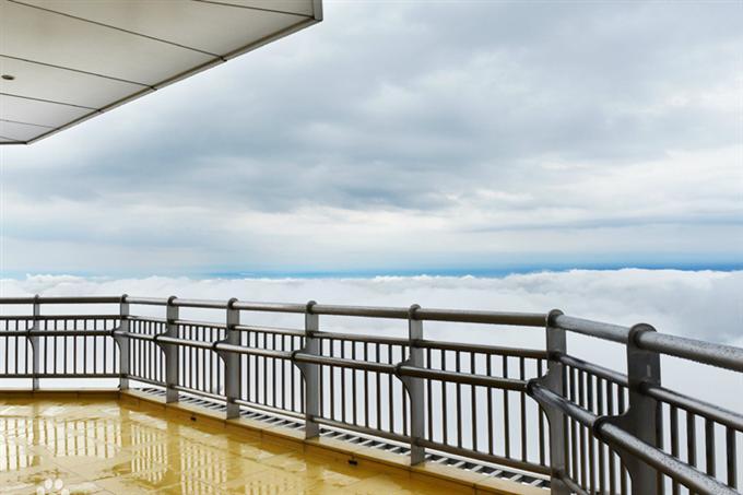 Du khách có thể ngắm mây trên đài quan sát mở ngoài trời