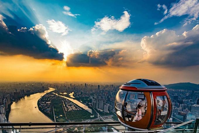 Du khách có thể ngắm cảnh toàn thành phố khi ngồi trong các toa xe đi vòng quanh tháp