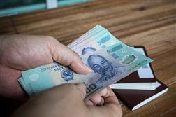 Nhận tiền của người thân từ Trung Quốc gửi về