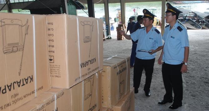 Công chức Chi cục Hải quan cửa khẩu Móng Cái, Quảng Ninh kiểm tra hàng hóa nhập khẩu từ Trung Quốc.