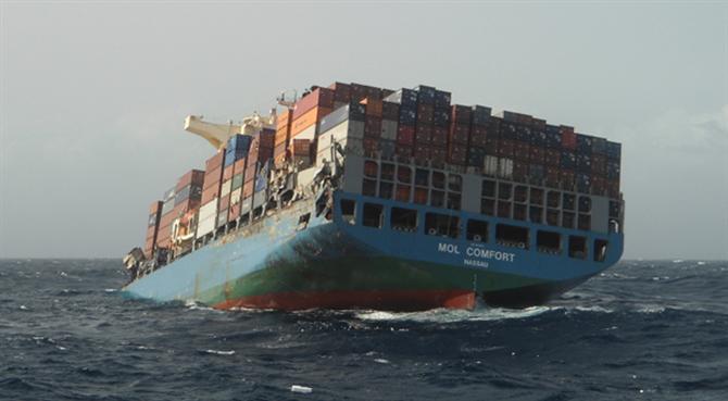 Luật Hàng Hải: Tàu vận chuyển gãy đôi trên biển