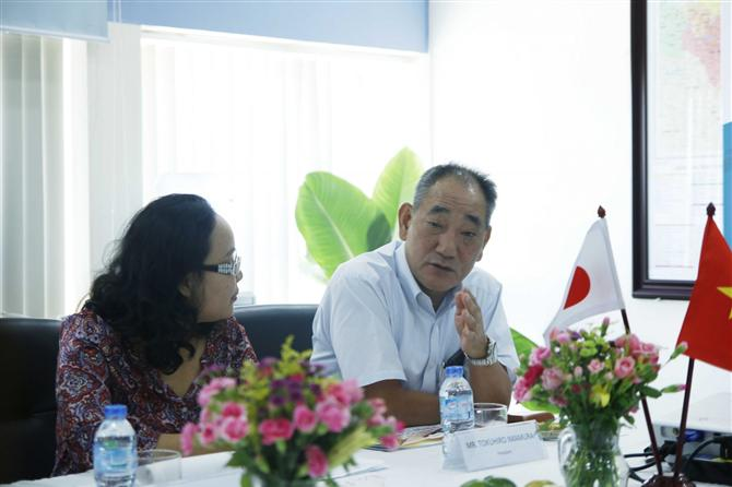 VINAFCO - Ông Nguyễn Thế Vũ – Giám đốc Công ty TNHH Tiếp Vận Vinafco dẫn đoàn đại biểu tham quan TTTV Thanh Trì