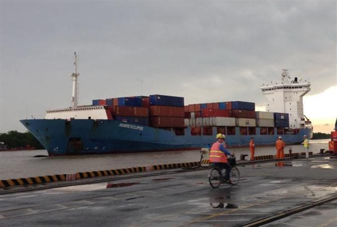 """Các doanh nghiệp đang """"ngóng"""" Nghị định quy định về phụ phí dịch vụ vận tải biển. Ảnh: H.Dịu"""