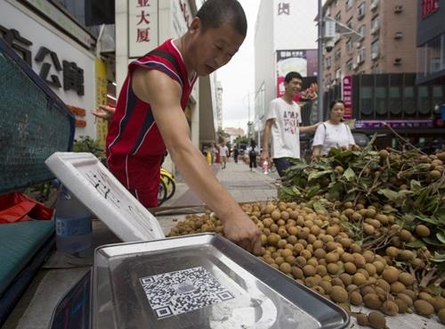 mã QR thanh toán được dán trên một sạp hàng rong tại Trung Quốc